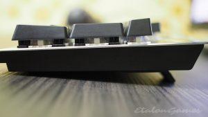 Вид сбоку с открытыми ножками клавиатуры Motospeed CK108 - фото 2