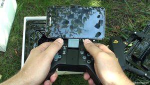 Смартфон в фиксаторе пульта VISUO XS809HW
